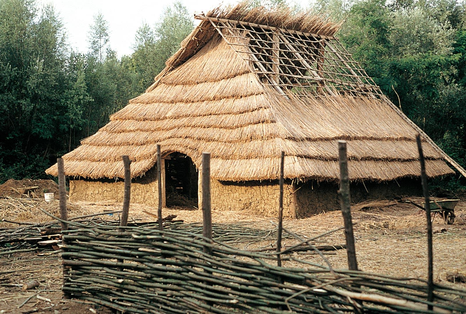 reconstitution de l 39 une des maisons de l 39 oppidum gaulois. Black Bedroom Furniture Sets. Home Design Ideas